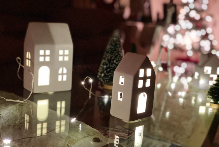A Peek Inside My House: Christmas Decorations + Favorite Ornaments